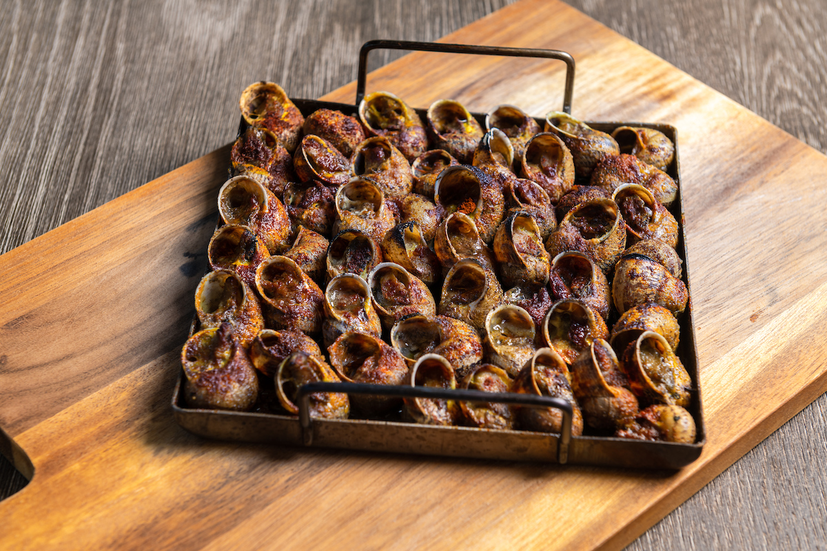 CARGOLS A LA LLAUNA- CARACOLES CON SAL Y PIMIENTA-ESCARGOTS AU SEL ET AU POIVRE-SNAILS WITH SALT AND PEPPER